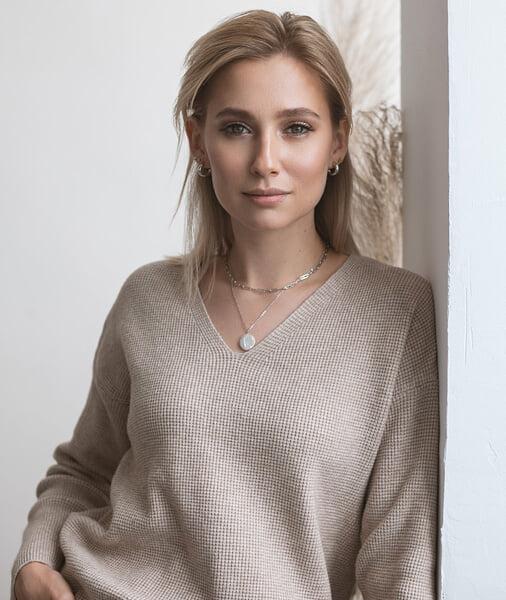 Что не так с образами Алины Загитовой в «Ледниковом периоде»? Кажется, ей выбирают платья, которые подчеркивают недостатки фигуры
