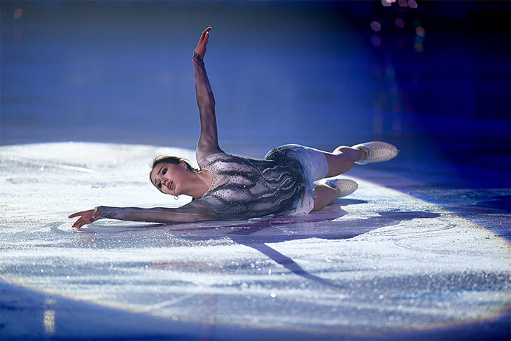 Медведева удивила в шоу-номере: белый наряд (смирительная рубашка?) и растрепанные волосы под хит Билли Айлиш