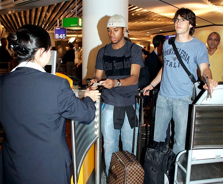 Футболисты уйму времени проводят в аэропортах: залипают в телефон, пародируют корейцев, носят накладную грудь