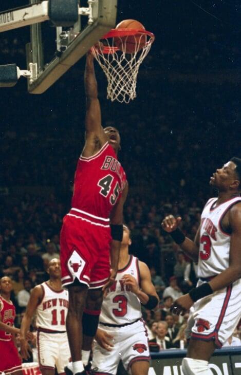 25 лет назад Джордан вернулся, чтобы напомнить, кому принадлежит НБА. Смотрим легендарную игру «Два пятака»