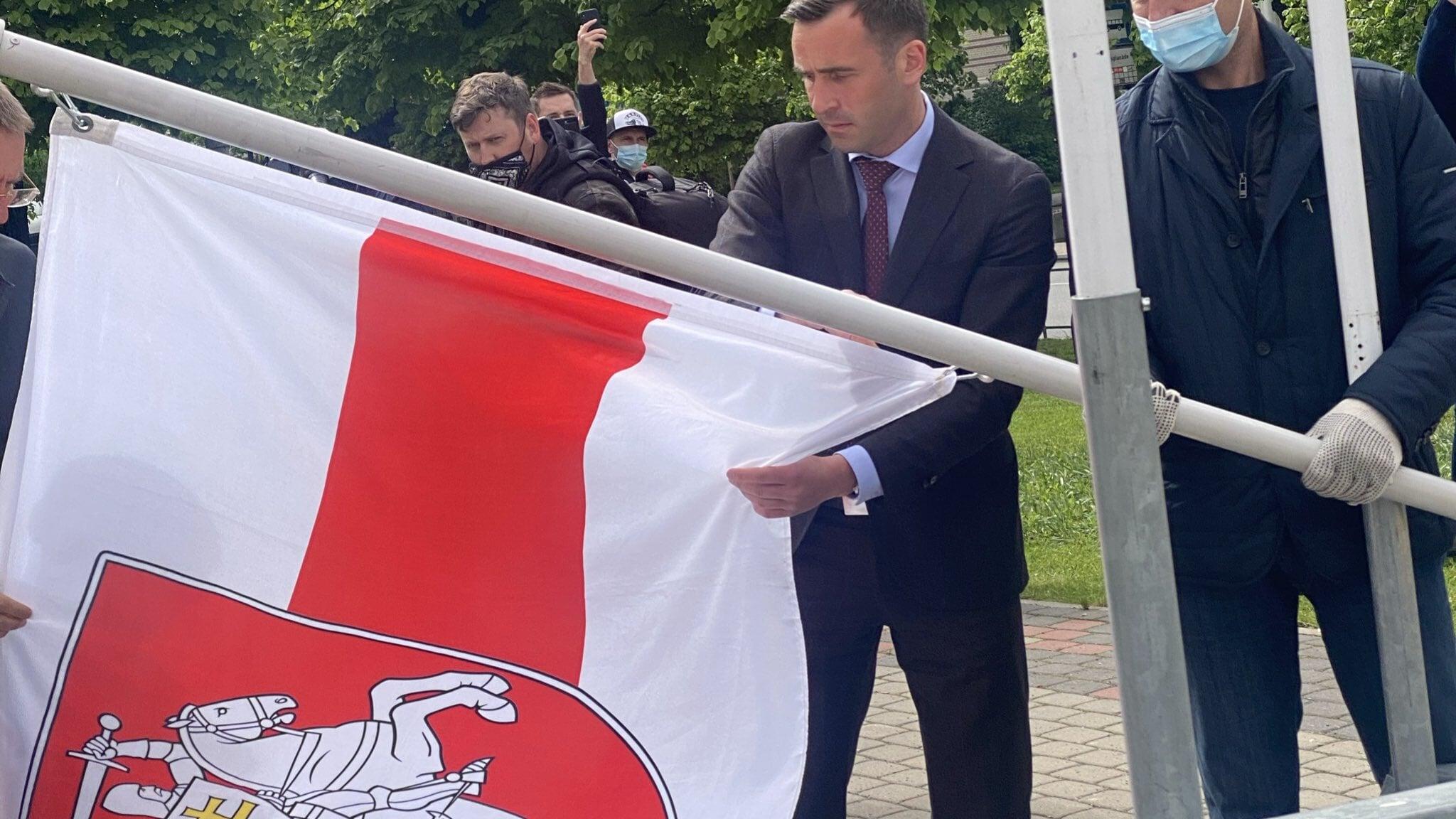 Мэр Риги заменил флаг Беларуси на бело-красно-белый: Флаг, символизирующий режим государственного терроризма, неуместен в городе
