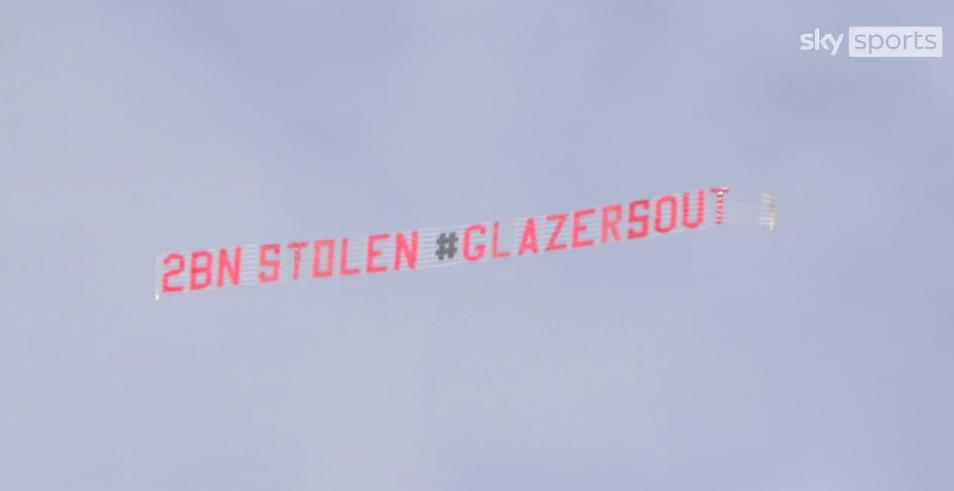 Самолет с баннером 2 млрд украдено, Глейзеры  на выход пролетел над стадионом перед матчем МЮ и Лидса