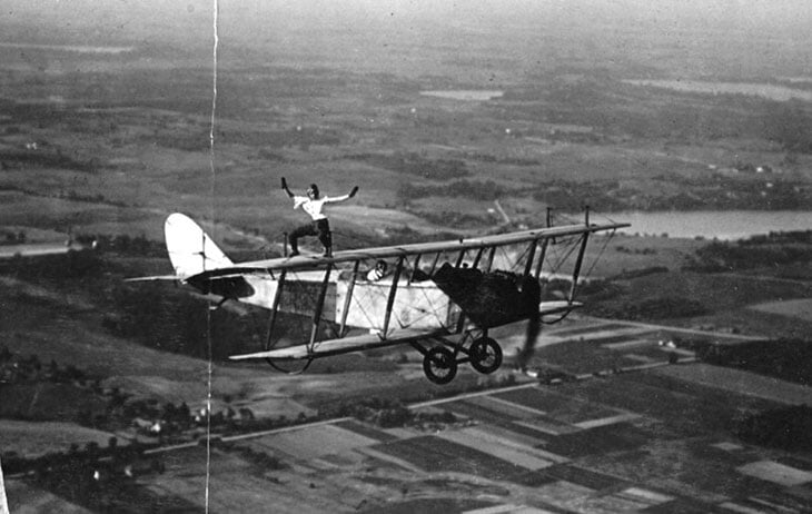 Джокович играет на крыле летящего самолета
