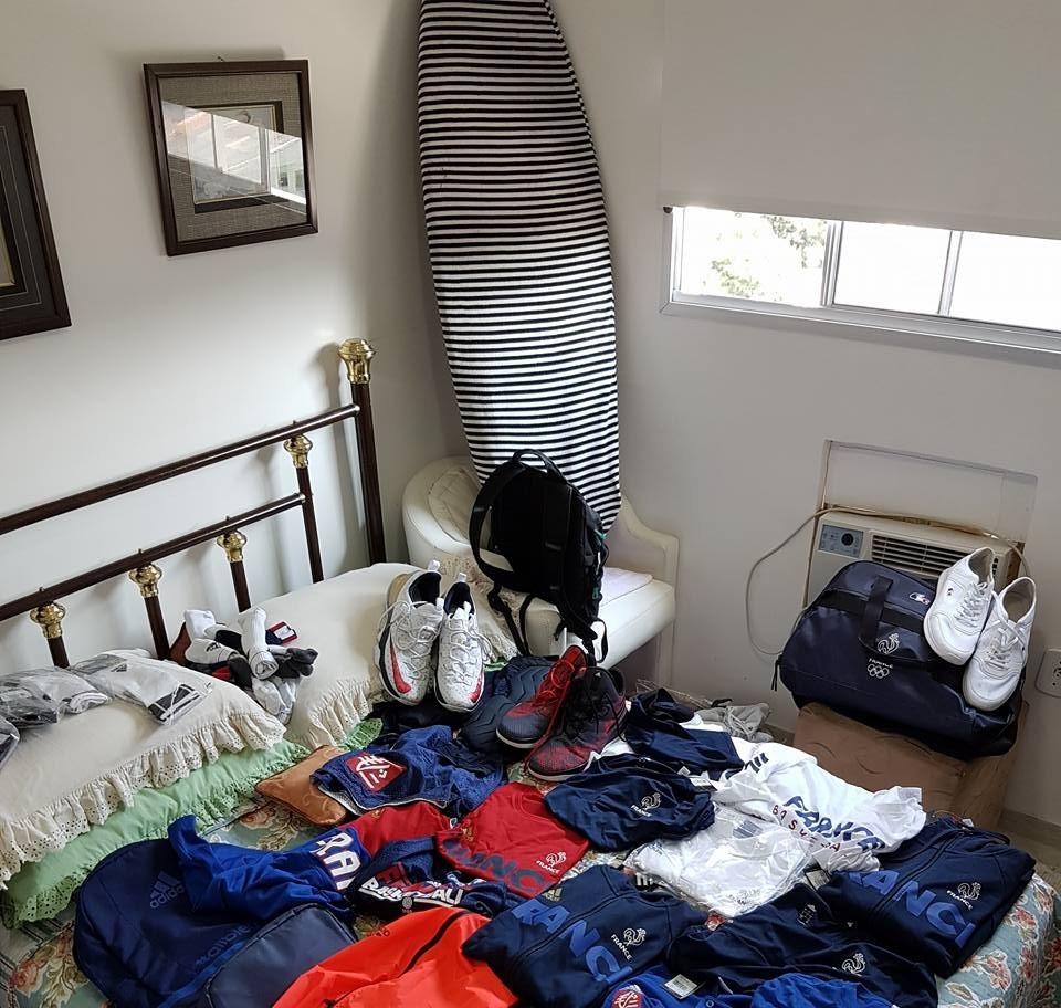 Сборная Франции засыпала подарками ограбленного волонтера