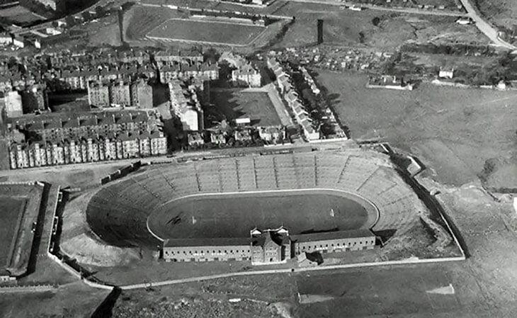 Самый старый стадион Евро – в Глазго. Хмурый район, некошеная трава вокруг, внутренности из 90-х – и рев трибун в 115 децибел
