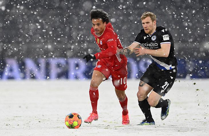 ❄️В первом тайме «Баварию» и «Арминию» засыпало снегом. Матч дважды останавливали, чтобы вернуть полю разметку