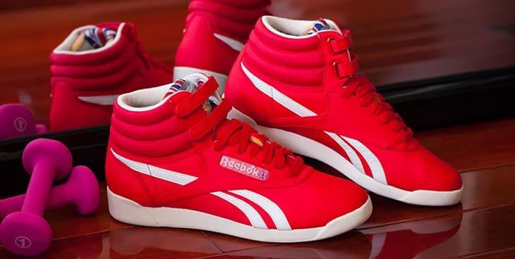 bb9046034fd3 В 1989-м бренд презентовал еще одни легендарные кроссовки – баскетбольную  модель Pump со встроенными воздушными камерами, которые при активации  подгоняли ...