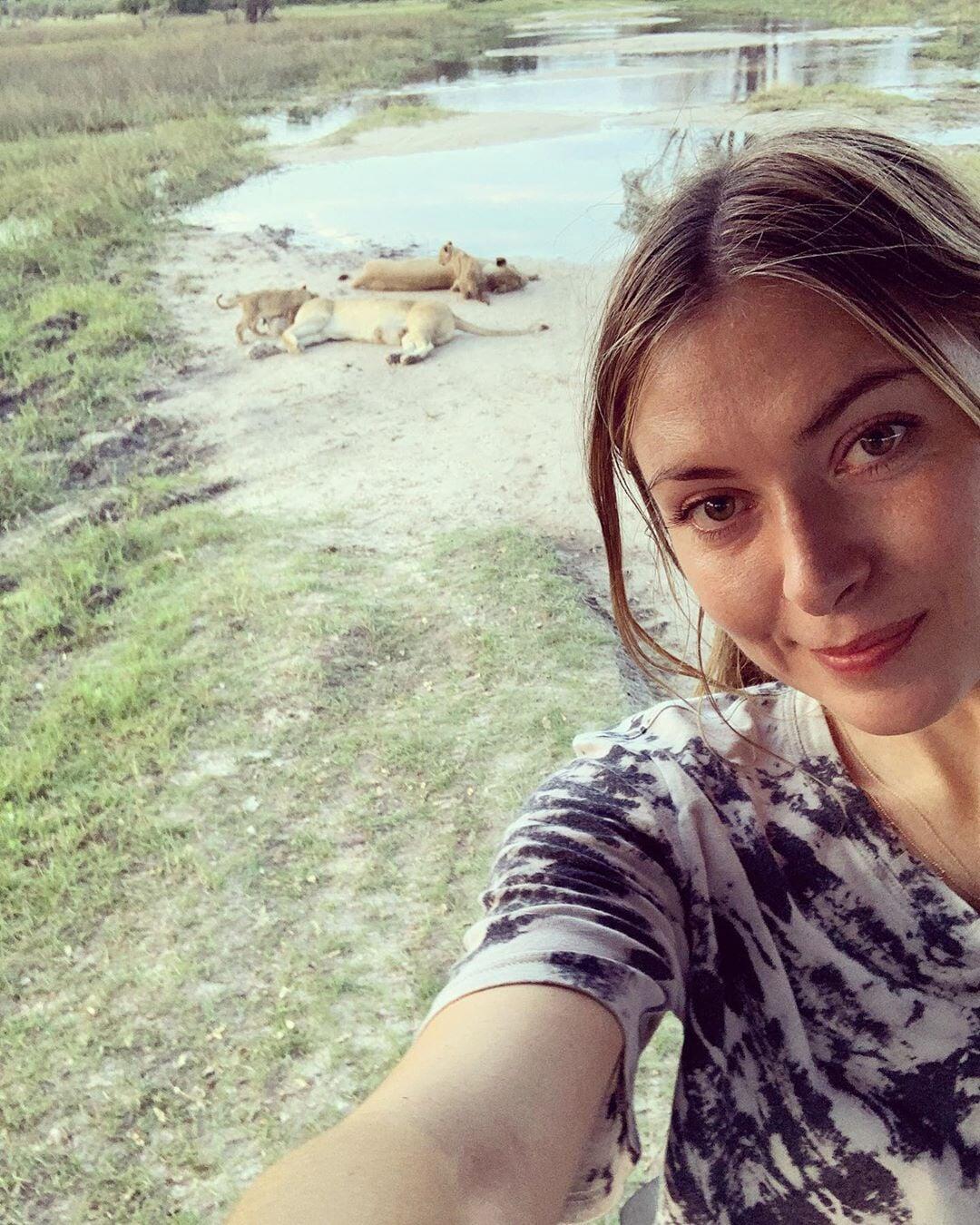 Африканский отпуск Шараповой: гориллы, львы, футбол с детьми и встреча с президентом