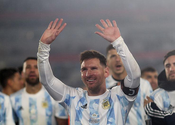 Месси сделал хет-трик и побил рекорды Пеле и Суареса, а затем расплакался, показывая Аргентине свой первый трофей в сборной