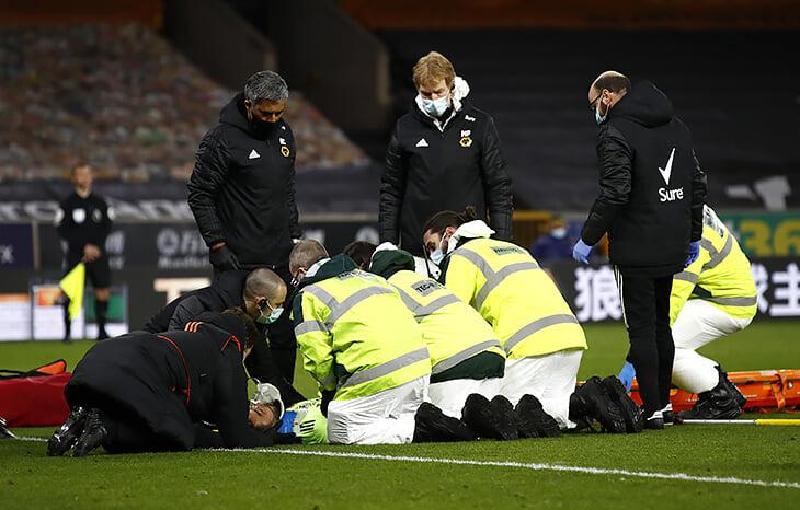 Вратарю «Вулверхэмптона» Патрисиу крепко досталось: коленом в голову попал свой же капитан, медики приводили в чувство 15 минут