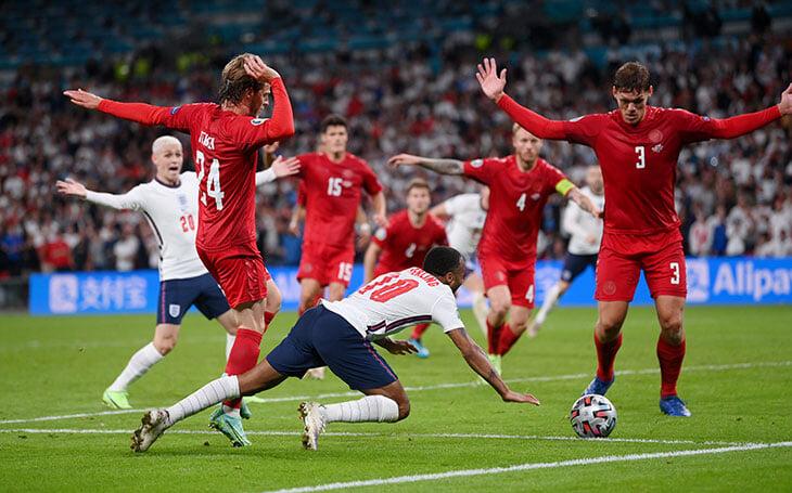 «Четкий контакт колено в колено». Босс судей УЕФА объяснил пенальти на Стерлинге