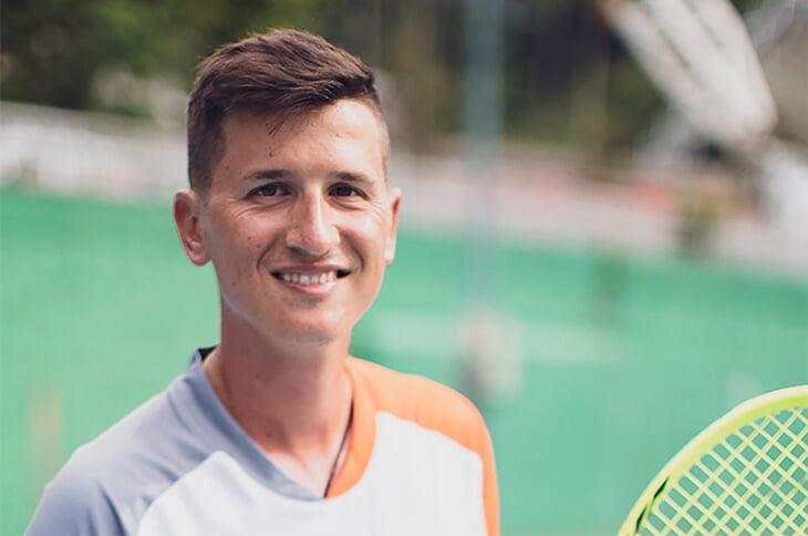 Однажды теннисист швырнул ракетку и случайно попал в другого – сломал челюсть и выбил два зуба. Это закончило карьеры обоих