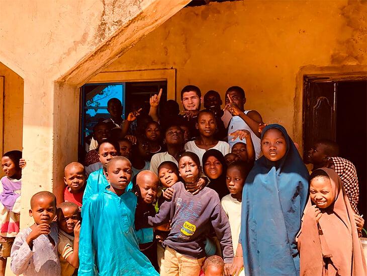 Хабиб вне октагона: обожает футбол, дружит с Роналду и тайно занимается благотворительностью