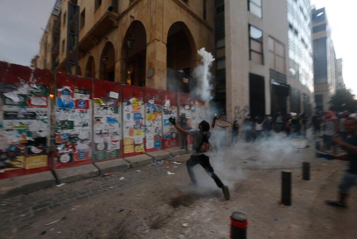 Ракетка – главное оружие гражданского протеста. Ею отбивают слезоточивый газ и дымовухи