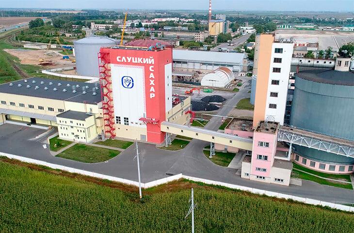 «Слуцк» – душевное советское кино. Игроки живут в общежитии сахарного завода, ездят на рыбалку на тракторе, лидер еще недавно таскал матрасы
