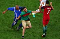 Фанат на поле в матче Португалии и Польши