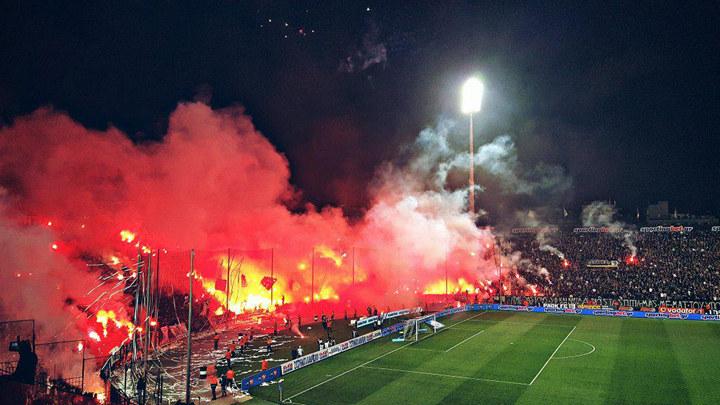 Як фанати у Греції  влаштували пекло на трибунах і зірвали матч  - фото 1