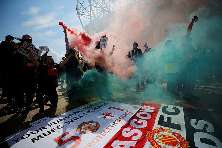 Фанаты «МЮ» прорвались на «Олд Траффорд» перед дерби с «Ливерпулем». Матч отложен