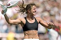 20 лет назад американка сняла майку после победного пенальти в финале ЧМ. История культового фото из женского футбола