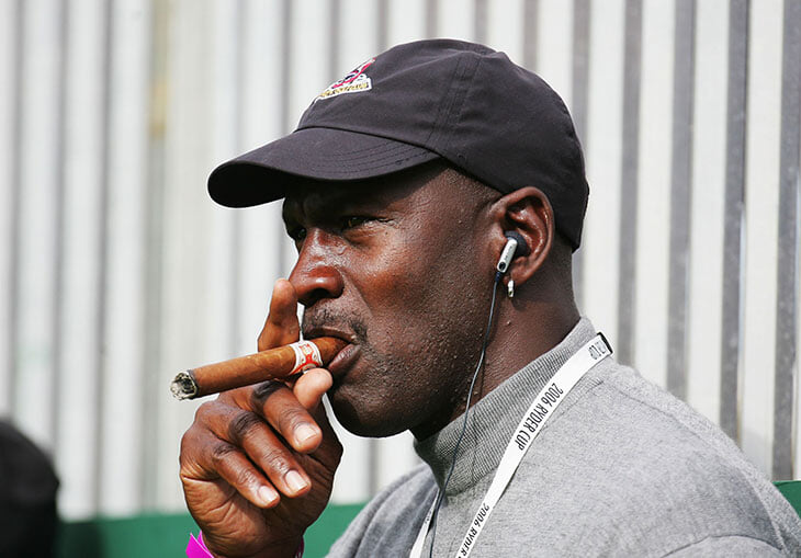 Майкл Джордан выкуривал по сигаре перед матчем. И завершил карьеру, так как получил травму из-за любви к сигарам