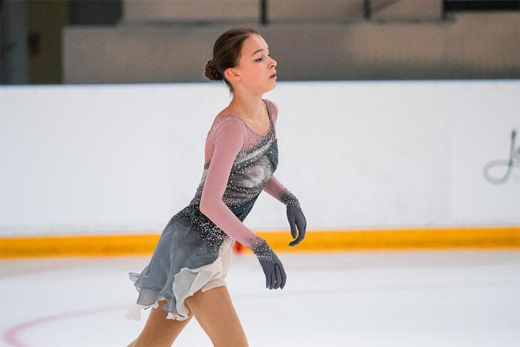 Платье Щербаковой стильное, но, кажется, не новое: в очень-очень похожих катали Медведева и Загитова