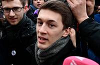 В России судят за слова, а не за действия. Истории Егора Жукова и фанатов, оскорблявших Дзюбу, похожи