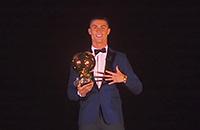 Роналду получил «Золотой мяч» на Эйфелевой башне. Такого еще не было