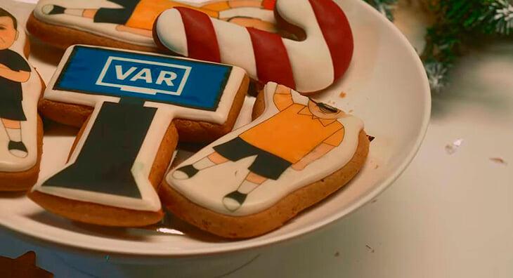 Новогоднее чудо от «Рубина»: Слуцкий поет на английском и ест печенье ВАР, Тарасов зачитывает президентское обращение и танцует под Бузову 🤩