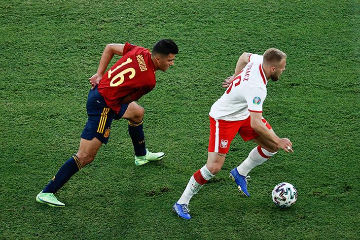 Мучения Испании: не забили пенальти, у Мораты гол и эпичный промах, игроки и медиа жалуются на газон в Севилье