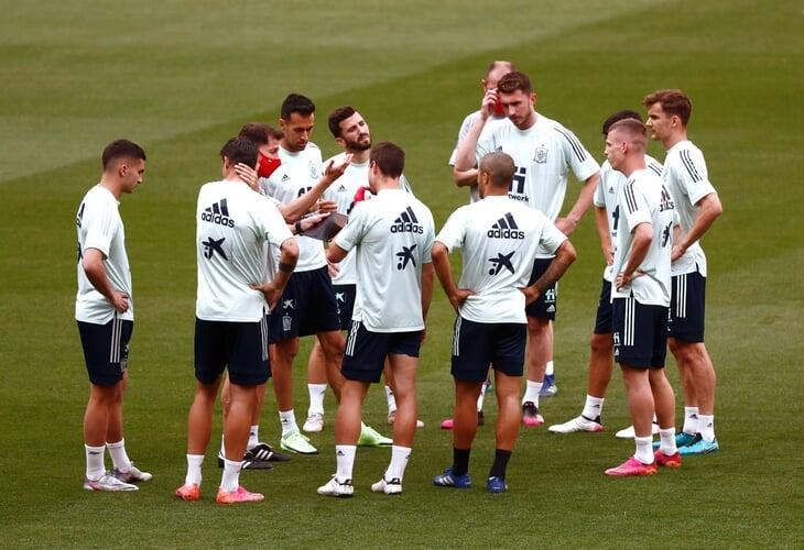 Можно ли заявить Смолова во время Евро? Что если заболеет вся команда? Предусмотрены ли технари?