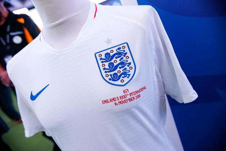 Вы знали, что на воротнике каждого игрока сборной Англии уникальный номер? У Саутгейта – 1071-й, а у Кейна – 1207-й