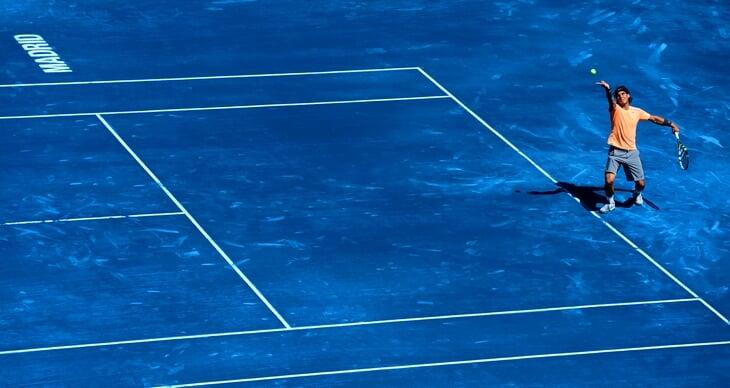 Теннис играет с цветом харда: от скучного зеленого пришли к розовому и черному. Турниры так создают идентичность (и мяч видно лучше)