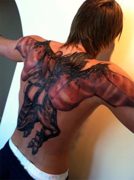 У Кириленко на спине тату паладина, он ее никому не показывает. Говорят, она из World of Warcraft