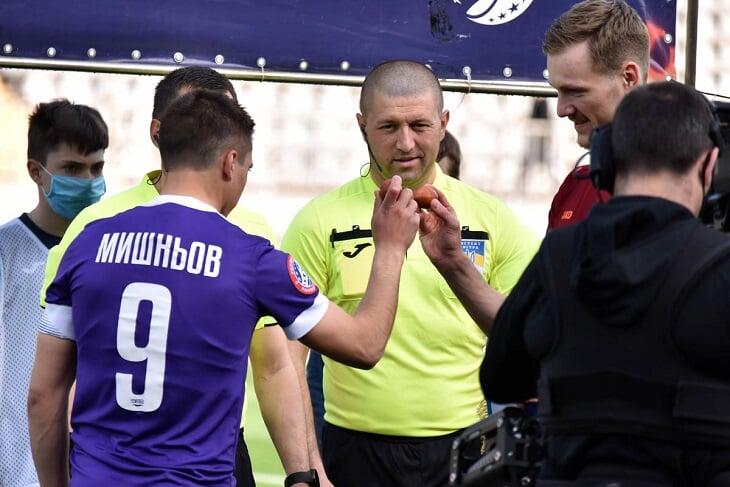 Украинский футбол отметил Пасху: вместо подбрасывания монетки перед матчами – бой крашеными яйцами