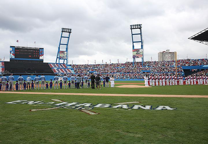 Барак Обама Кубада бейсбол томоша қилди