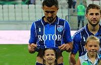 Полузащитник «Ротора» защитил девочку от дождя своей футболкой. Самое милое фото дня