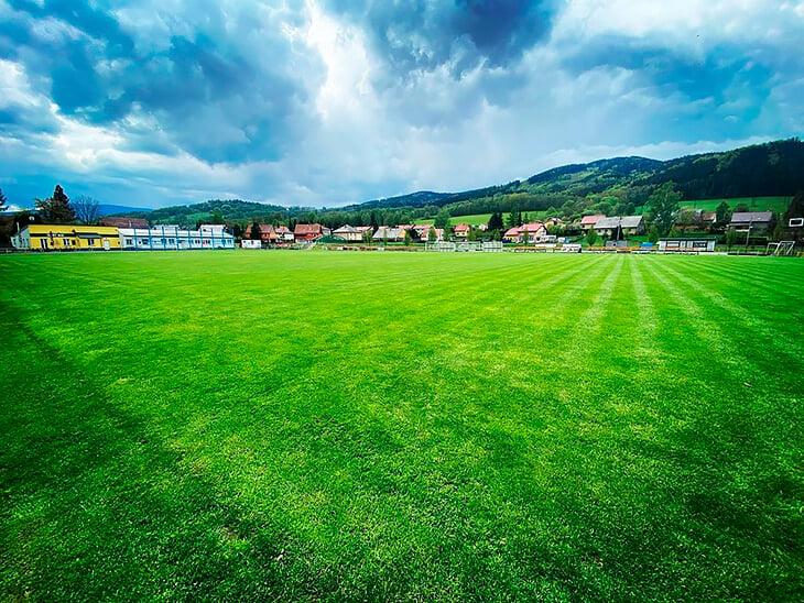 Эстетика чешских деревень – 😍. Здесь росли футболисты сборной, а на сельском стадионе даже играл 19-летний Петр Чех