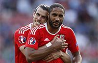 Сборная Уэльса празднует вылет сборной Англии