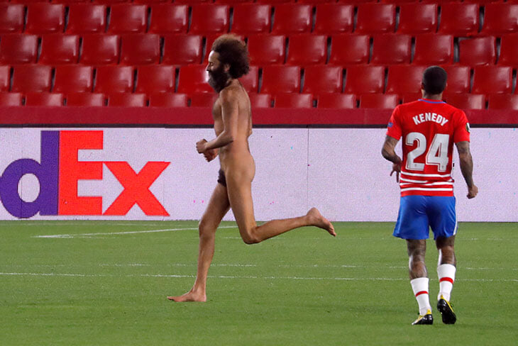 Внезапный участник матча «Гранады» с «МЮ» – голый мужчина. Выбежал на 6-й минуте, не надел даже маску