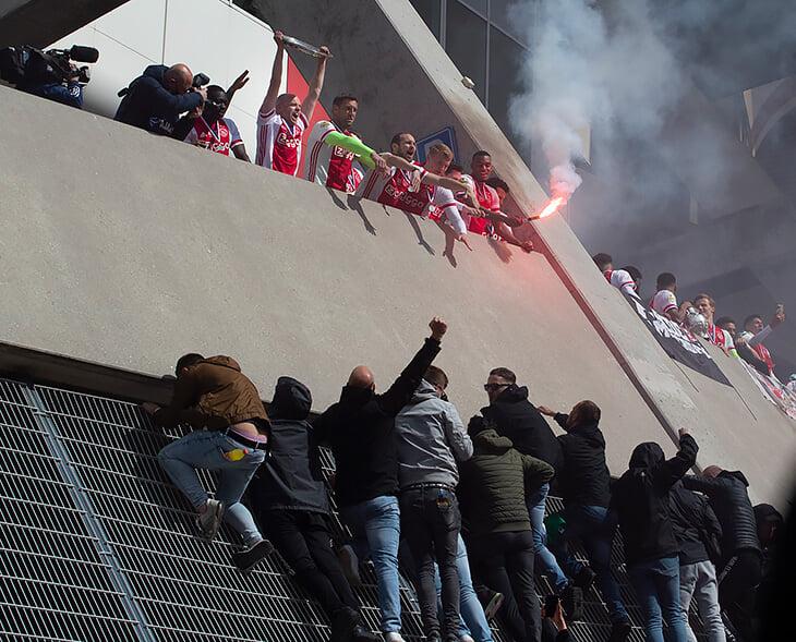 В Амстердаме тоже забили на ковид и празднуют чемпионство «Аякса»