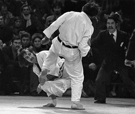 В СССР занимались каратэ 12 миллионов человек, половина – подпольно. Потом его запретили из-за криминала, сажали в тюрьму, а тренировались только сотрудники КГБ
