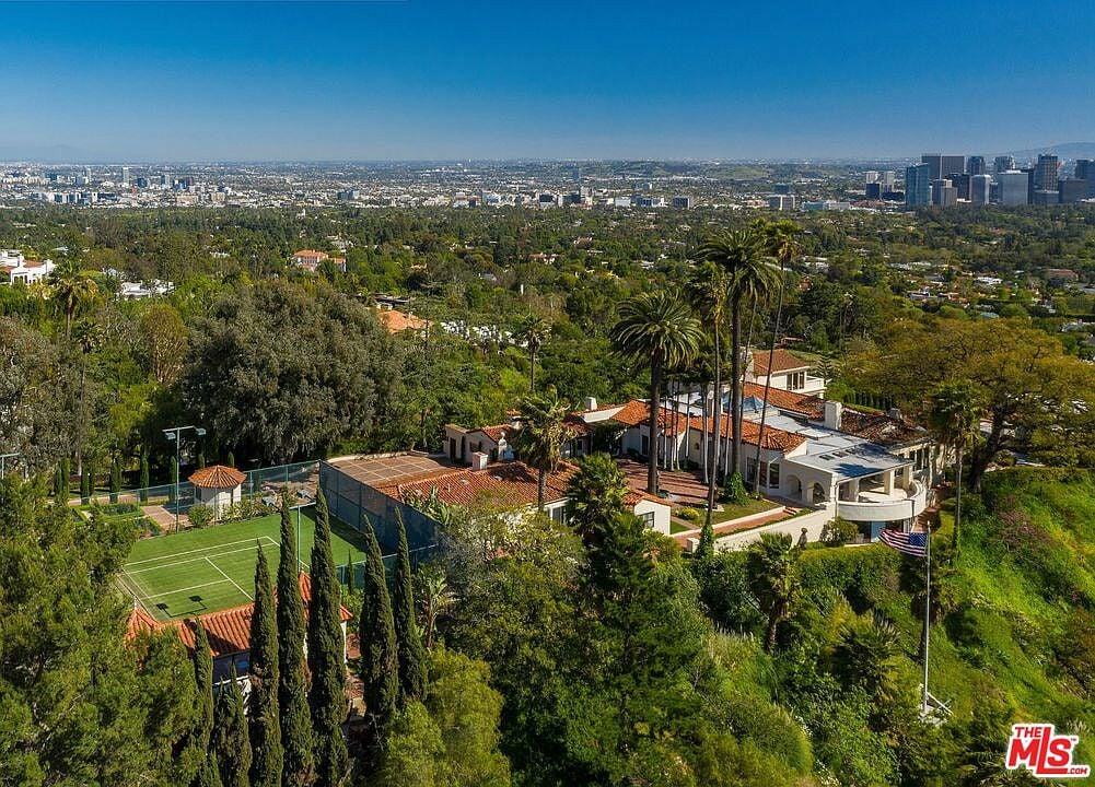 Леброн купил новый дом за 39 млн: шикарный вид на Лос-Анджелес и океан, теннисный корт и 7 каминов