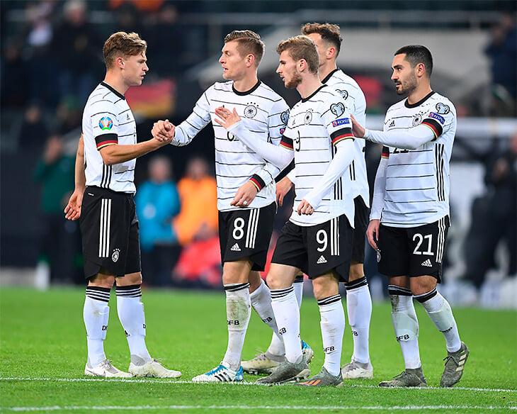 Киммих становится самым влиятельным футболистом Германии. Разбирает в вотсапе игру Вернера и Брандта, критикует партнеров и Лева