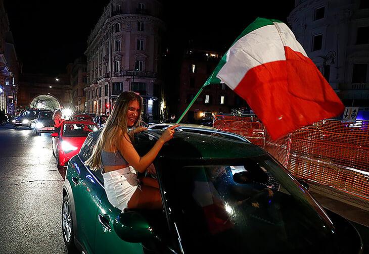 Концентрат счастья Италии: Кьеллини и Бонуччи в обнимку, Спинаццола размахивает костылями, а Доннарумма – скала