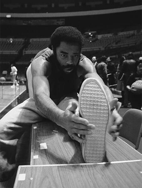 Первые именные кроссовки в НБА – не «Джорданы», а «Клайды». Культовый игрок «Никс» определял баскетбольную моду еще в 70-е