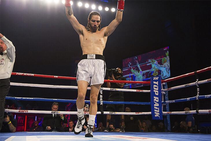 Внук Мохаммеда Али дебютировал в боксе: надел шорты деда 1960-х и нокаутировал соперника за 70 секунд