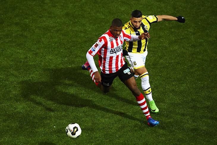 «Надо мной все смеялись». Думфрис рос в 6-й лиге, в успех не верили даже свои, а теперь он положил два гола на Евро
