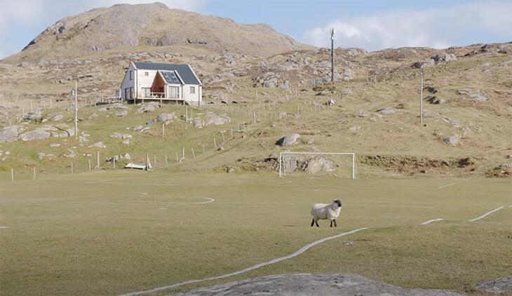 🤩 Шотландцы снимают футбол в стиле Тарантино и Андерсона – это экстаз! Мы узнали, как получается такая красота