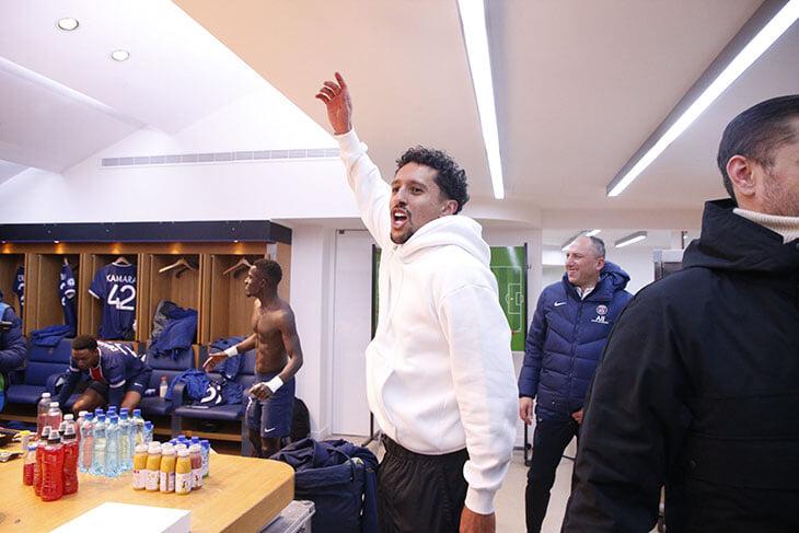 Мбаппе танцует на столе 🕺 Смотрите, как пламенно «ПСЖ» отмечает выход в полуфинал