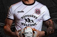 Клуб из Дублина разместил на форме приветствие для беженцев. В Ирландии они живут в трейлерах в гетто